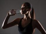 Вчені пояснили, чому небезпечно пити воду з пластикової тари